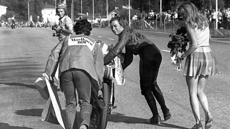 """Jarno Saarisen leski muistelee Espanjassa saamaansa kovaa kohtelua – """"Poliisit kostivat minulle ja kaatoivat asvalttiin"""""""
