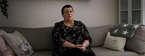 Merja Karalahti toteaa dokumentissa, etteivät hänen omat syöpähoitonsa olleet mitään verrattuna siihen, kun hän näki poikansa Jeren koomassa sairaalasängyssä.