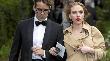 Scarlett Johansson ja Romain Dauriac osallistuivat ystäviensä häihin Englannissa.