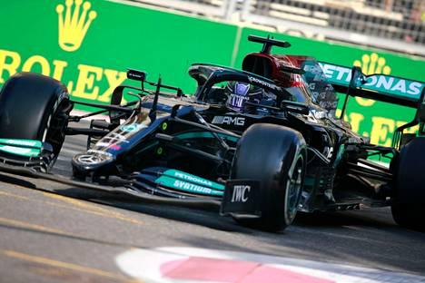 Lewis Hamiltonin kisa Bakussa päättyi valtavaan pettymykseen.