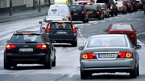 Varsinkin Ruotsista Suomeen tuotujen käytettyjen autojen määrä kasvaa. Kuvituskuva.
