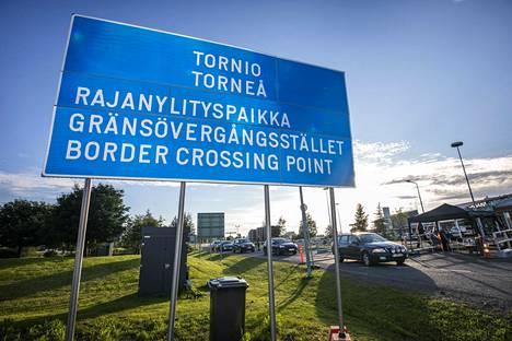 Rajalla pysäytetään kaikki Ruotsista Tornioon ja Suomeen tuleva liikenne. Takana Haaparanta ja Ruotsi.