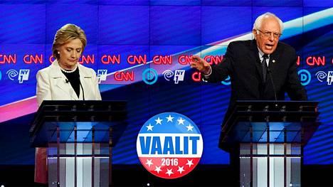 Hillary Clinton ja Bernie Sanders vaaliväittelyssä Brooklynissä.