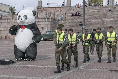 Sotilaspoliisit vartioivat Senaatintoria.