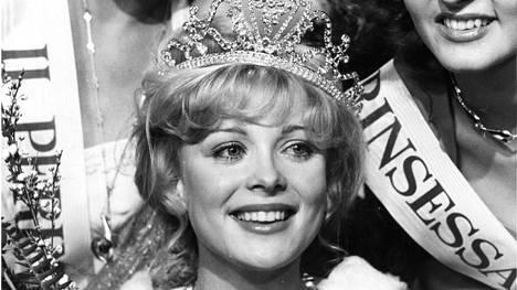 Armi Aavikko kruunattiin Miss Suomeksi vuonna 1977.