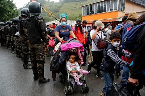 Siirtolaisten joukossa on ainakin naisia, lapsia ja miehiä.