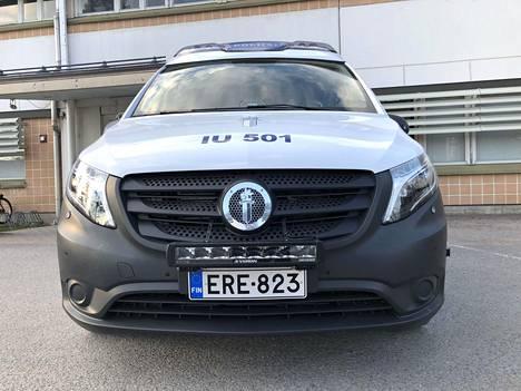 Mercedes-Benzin keulatähti on korvattu poliisin tunnuksella. Näin on toimittu myös Transporterissa VW-logon suhteen.