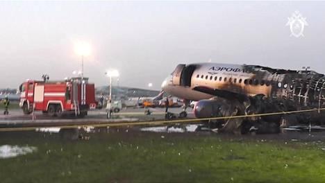 Venäjän tutkintakomitean julkaisemalta videolta otettu pysäytyskuva näyttää palaneen Suhoi Superjet 100:n hylyn Sheremetjevon kentällä.