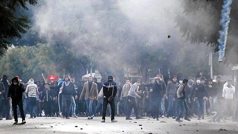 Hallitusta vastustavat mielenosoittajat ottivat yhteen poliisin kanssa sisäministeriön edustalla Tunisissa perjantaina.