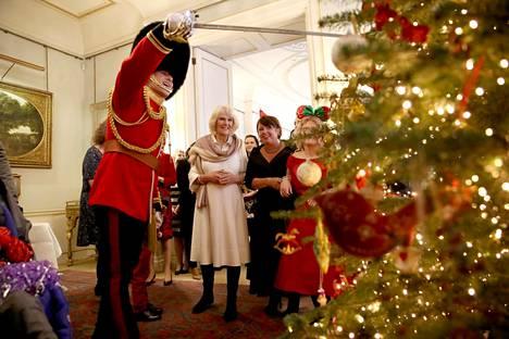 Herttuatar Camilla virittäytyi joulutunnelmaan joulukuussa 2017 vieraillessaan lastenkodissa.