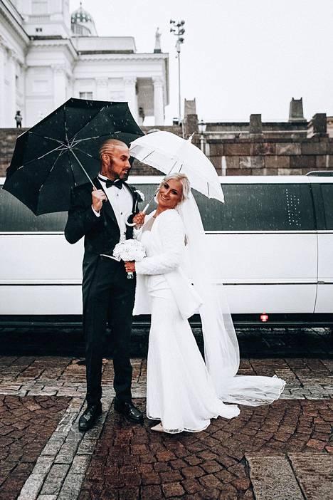 Edes sateinen sää ei haitannut tuoreen avioparin onnea.