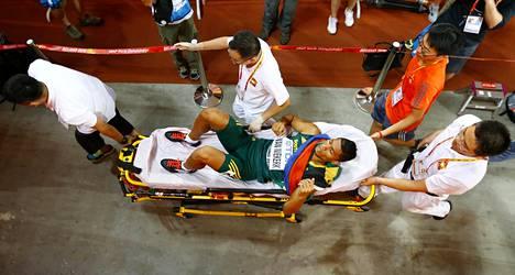 Juoksija kuljetettiin kilpailun jälkeen stadionin uumeniin.