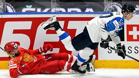 Sveitsistä Ruotsiin siirtyvä Miika Koivisto kamppaili MM-kisoissa Venäjän Nikita Kutsherovia vastaan.