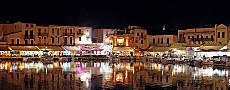 Venetsialainen satama ravintoloineen on komeimmillaan iltavalaistuksessa.