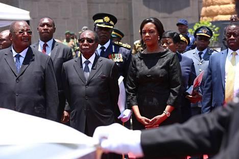 Marraskuun ensimmäisenä päivänä presidenttipari osallistui vapautussodan sankarin Don Muvutin hautajaisiin Hararessa.