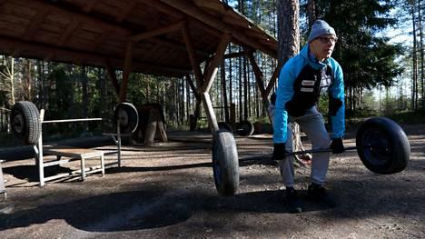 Matti Mattsson nosti painoja ulkona maaliskuussa 2020.
