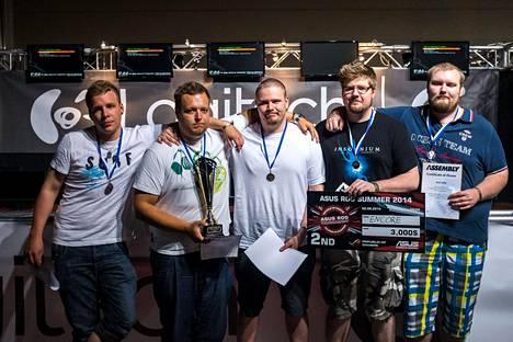 """ENCORE sijoittui toiseksi Assembly Summer -tapahtumassa elokuussa 2014. Kuvassa vasemmalta oikealle: Taneli """"disturbed"""" Veikkola, Joona """"natu"""" Leppänen, Jesse """"KHRN"""" Grandell, Mikko """"xartE"""" Välimaa ja Timo """"REFLEX"""" Rintala."""