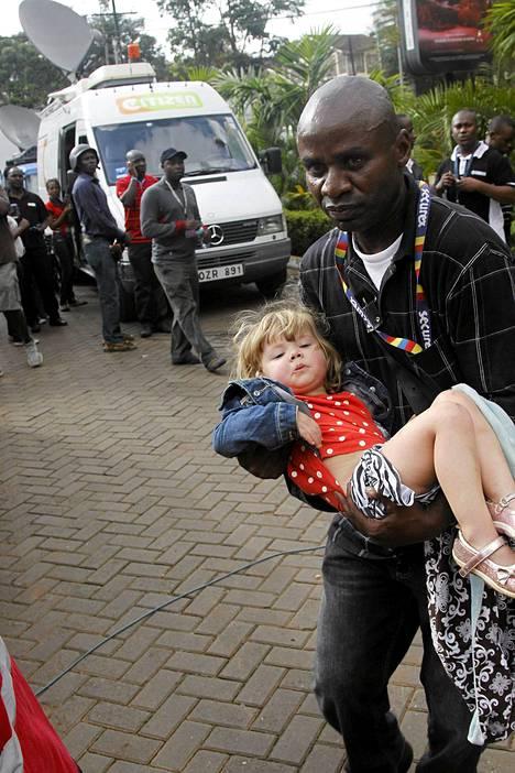 Vartija auttoi lasta ostoskeskuksen ulkopuolella.