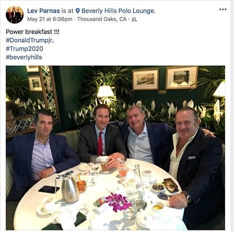 Sosiaalisen median postauksessaan Lev Parnas kertoi olevansa aamiaisella Trumpin vanhimman pojan Donald Jr:n (vas.) kanssa Kaliforniassa viime vuonna. Mukana olivat myös Igor Fruman (oik.) ja Trumpin hyväksi toimineen vaalikomitean edustaja Tommy Hicks (toinen vas.).