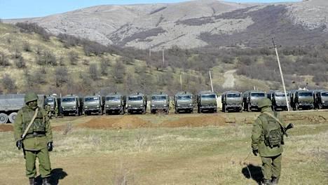 Venäläisiä tunnuksettomia joukkoja Krimillä maaliskuussa.