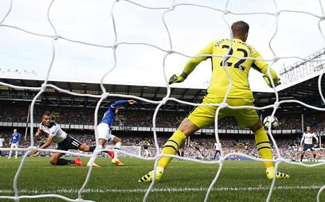 Erik Lamela puski pallon ohi Evertonin Maarten Stekelenburgin.