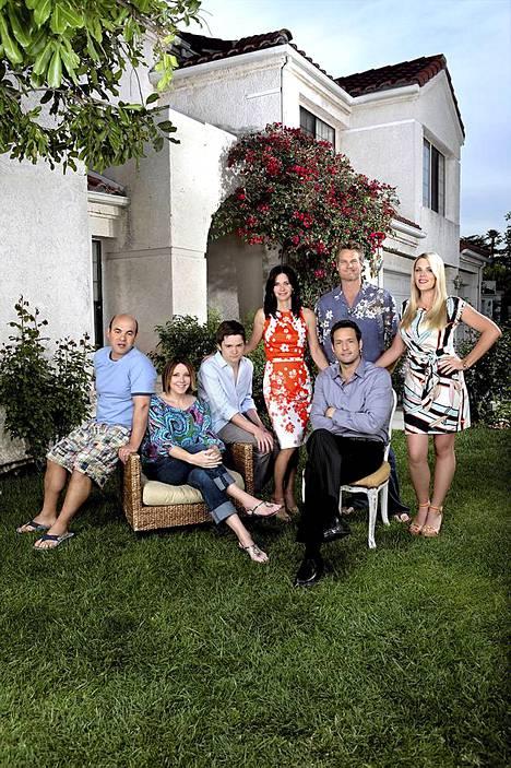 Courteney Coxin (keskellä) lisäksi Puumanaisessa näyttelevät Ian Gomez (vas.), Christa Miller, Dan Byrd, Brian Van Holt, Busy Philipps ja Josh Hopkins (edessä).