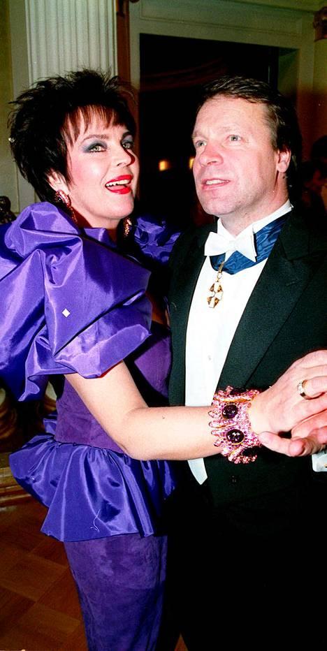 Paula Koivuniemi ja Ilkka Kanerva tanssahtelivat Linnan juhlissa vuonna 1991.