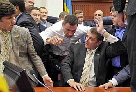Vitali Klitshko pisti rähinäksi Kiovan kaupunginvaltuuston istunnossa tiistai-iltana.