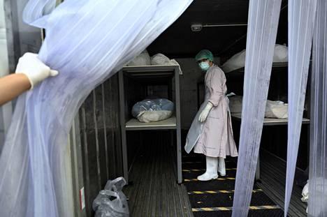 Thammasatin yliopistosairaalassa ruumiiden säilömiseen on vuokrattu erillinen kontti, koska ruumishuoneelle ei enää mahdu.