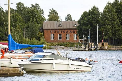 Uunisaari sijaitsee Helsingin Kaivopuiston edustalla.