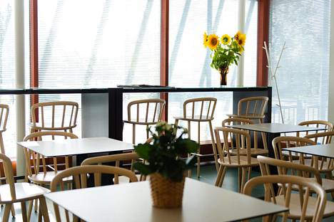 Puolarmaarin kahvilassa tarjoillaan lounasruokaa, suolaisia ja makeita herkkuja sekä erilaisia juomia.