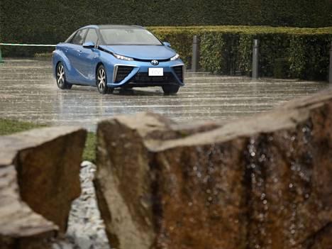 Japanin pääministeri Shinzo Abe testasi Toyotan uutta vetyautoa viime kuussa.