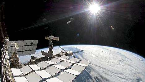 Kansainvälinen avaruusasema, Maa ja Aurinko.
