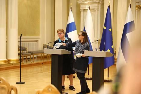 Kaksi henkilöä toi valkoisin hansikkain tasavallan presidentti Sauli Niinistölle ja Venäjän presidentti Vladimir Putinille vesilasit. Lasit täytettiin samasta pullosta.