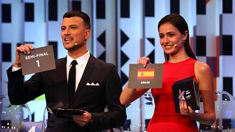 Tv-juontajat Assi Azar ja Lucy Ayob kertoivat missä semifinaalissa kukin maa esiintyy.