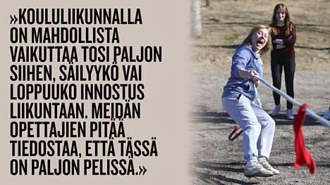 Liikunnanopettajana työskentelevä Tuuli Matinsalo harrastaa oppilaidensa kanssa välitunneilla taukojumppana köydenvetoa.