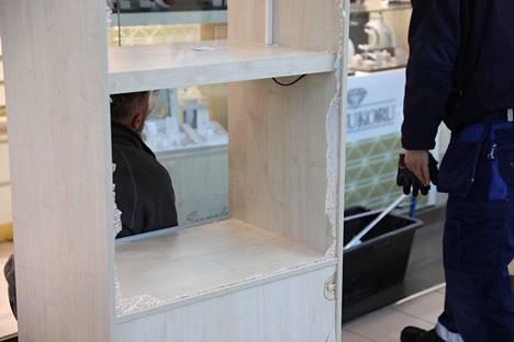 Varkaat rikkoivat koruliikkeessä sijainneita lasivitriineitä ja veivät niissä olleet arvotavarat.