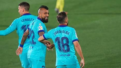FC Barcelonan Jordi Alba (oik.) ja Arturo Vida juhlivat maalia sunnuntaisessa ottelussa Villarealia vastaan.
