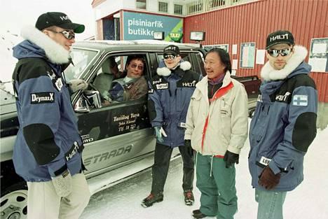 Ennen harjoitusta kolmikko tutustui grönlantilaisiin, harjoitteli ja testasi varusteitaan Ammassalikin kylässä, joka tunnettaan nykyisin nimellä Tasiilaq.