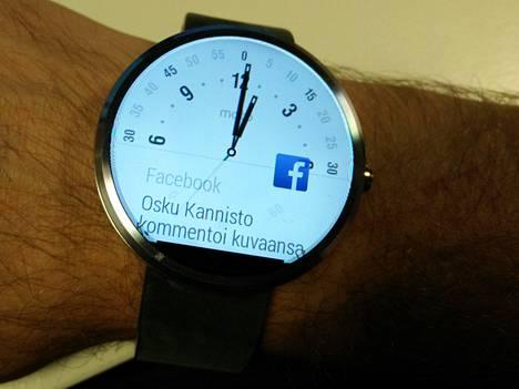 Facebook- ja muut ilmoitukset hyppäävät kellon ruudulle. Takana yksi vaihtoehtoisista kellotauluista.