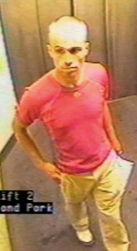 Gareth Williams tallentui turvakameran nauhalle Lontoon Holland Parkin metroasemalla.