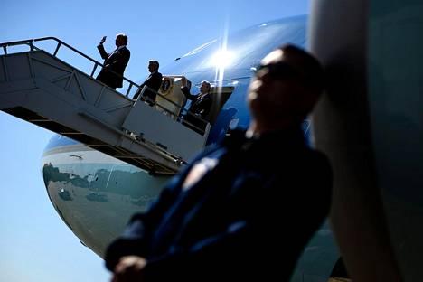 Hei, Louisiana. Presidentti Donald Trump tervehti vastaanottajia New Orleansin lentokentällä saapuessaan kampanjatilaisuuteensa tiistaina.