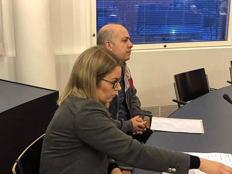 Ali Rashid Majeed Majeed yhdessä asianajajansa Anni-Leena Träskbäckin kanssa Pohjanmaan käräjäoikeudessa tammikuussa.