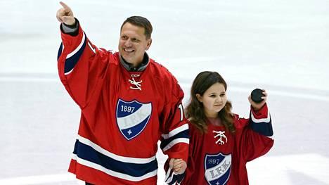 Jan Caloun saattoi leukemiasta toipuvan 10-vuotiaan Tuulin pudottamaan avauskiekon HIFK–KalPa-ottelussa.