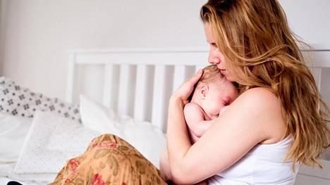 Vastasyntyneen lapsen hoito voi tuntua puolikuntoisena erityisen raskaalta.