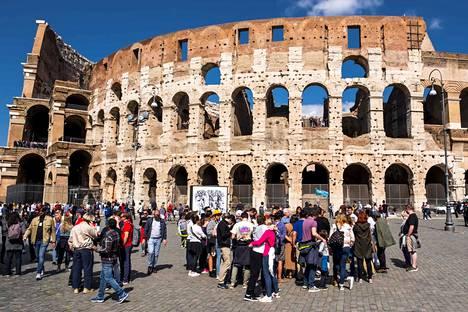 Maailmankuulujen turistikohteiden edustalla parveilevien turistien joukot eivät palaa ennalleen pitkään aikaan. Kuva Roomasta vuoden takaa.