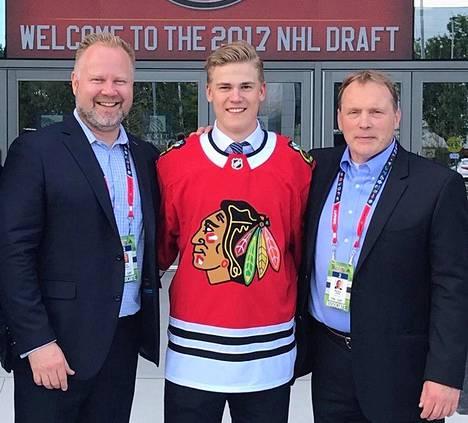 Acmen pelaaja-agentit Simo Niiranen (vas.) ja Markus Lehto Chicagoon varatun Henri Jokiharjun kanssa draftissa 2017.