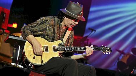 Vanha hattupää Carlos Santana saapuu Helsinkiin kesäkuun 13. päivä. Kuva Java Jazz Festivalilta Indonesian Jakartasta maaliskuun alusta.