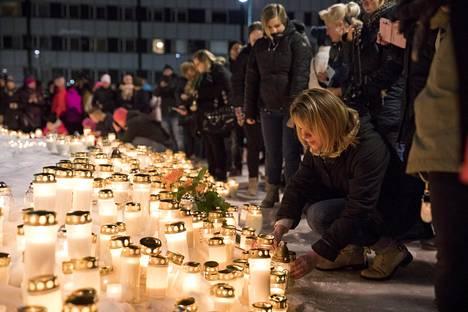 Olli Lindholmin muistotilaisuus Porin Kauppatorilla tiistai-iltana.