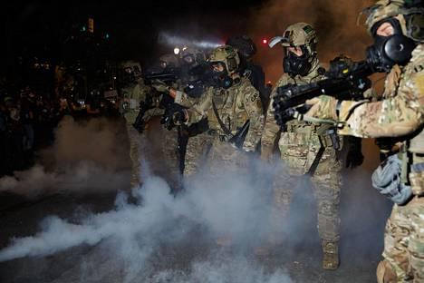Liittovaltion agentit ovat hajottaneet väkijoukkoja kyynelkaasulla Portlandissa.
